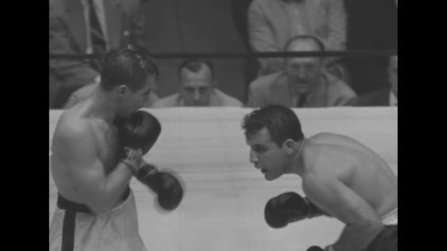 vídeos de stock, filmes e b-roll de middleweight champion boxer jake lamotta in match with italian boxer tiberio mitri in madison square garden / cameramen pull cart with trunks labeled... - comentarista