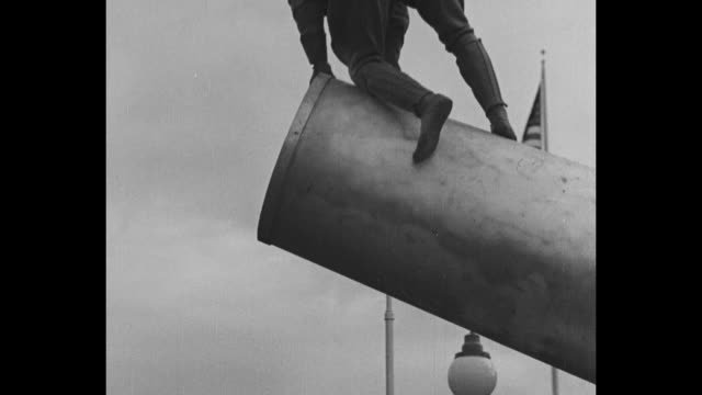 vídeos y material grabado en eventos de stock de midget clown at amusement park in brooklyn visitors watching standing amid brass railings / human cannonball stands atop cannon at luna park building... - enano