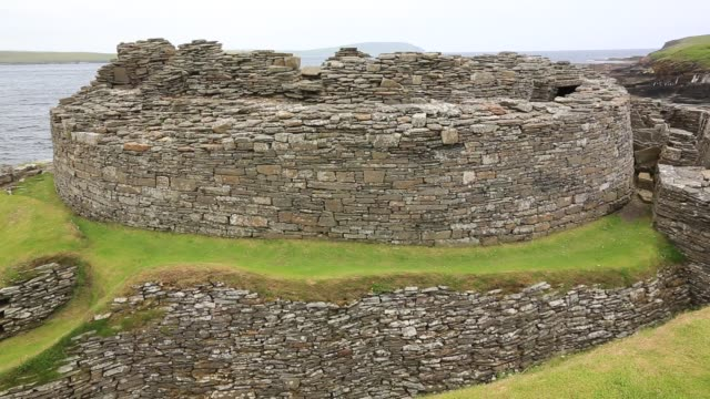 midhowe broch on the westness heritage trail on rousay, orkney, scotland, uk. midhowe is one of the best preserved brochs in the uk. - archäologie stock-videos und b-roll-filmmaterial