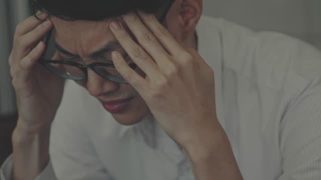 medelålderskris - huvudvärk bildbanksvideor och videomaterial från bakom kulisserna