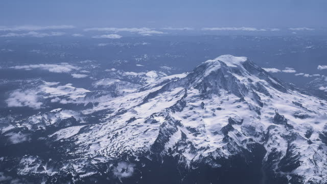 vídeos de stock e filmes b-roll de mid-morning flight heading south past washington state's famous mt. rainier landmark - território selvagem