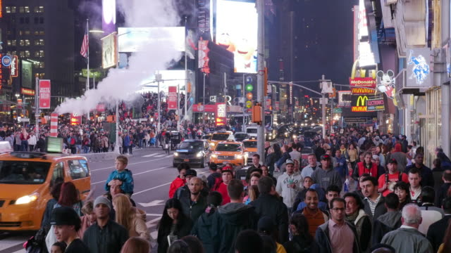midnight steam, traffic and tourists in times square, new york city - 人口爆発点の映像素材/bロール