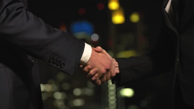 vídeos de stock e filmes b-roll de midsection of business people shaking hands - acabar