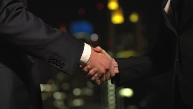 vídeos de stock, filmes e b-roll de midsection dos executivos que agitam as mãos - acabando