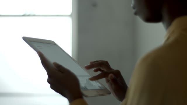 vidéos et rushes de midsection of businesswoman using digital tablet - écran tactile