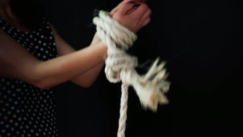 vídeos de stock, filmes e b-roll de meio de mulher amarrou com corda - atado
