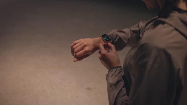 mittelteil der jungen frau mit smart watch - sportlerin stock-videos und b-roll-filmmaterial