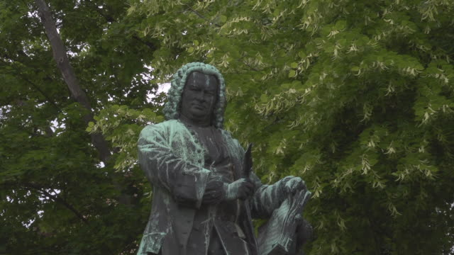 midshot - bronze statue of johann sebastian bach - johann sebastian bach stock-videos und b-roll-filmmaterial