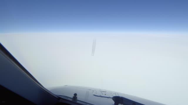 stockvideo's en b-roll-footage met middelgrote vliegtuig kruising 1000ft hieronder - passeren