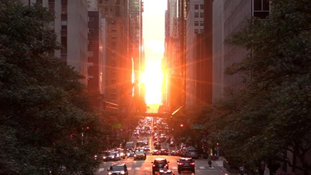 vídeos de stock, filmes e b-roll de midtown manhattan 42nd street do sol - ordem