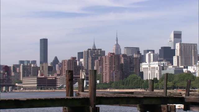 stockvideo's en b-roll-footage met midtown manhattan as seen from astoria, queens - metlife building