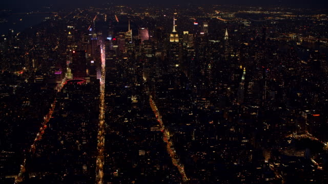 vidéos et rushes de aerial midtown manhattan at night - vue subjective d'un avion