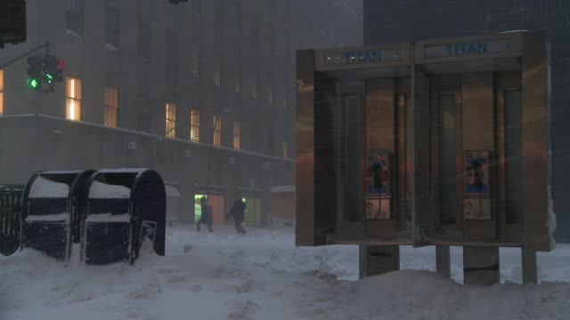 midtown manhattan during a snowstorm - 電話ボックス点の映像素材/bロール
