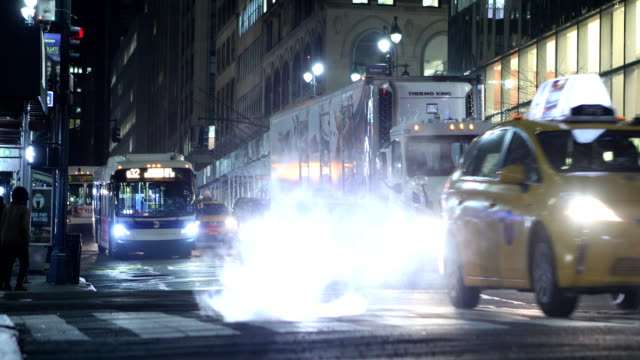 midtown manhattan night traffic - autobus video stock e b–roll