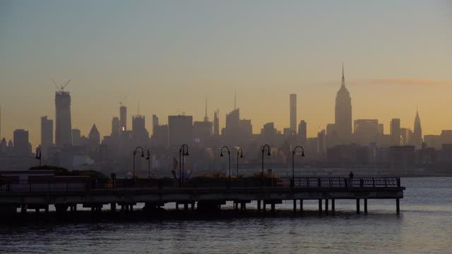 日の出のミッドタウン・マンハッタンのスカイライン / ニューヨーク市, アメリカ合衆国 - 逆光点の映像素材/bロール