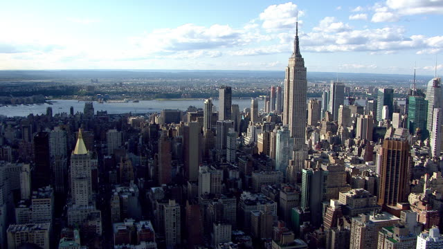 midtown manhattan skyline highrise buildings and skyscrapers flying toward empire state building td to ws building tops traffic below nyc - b roll stock videos & royalty-free footage