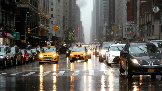 midtown manhattan traffic in rain - midtown manhattan stock videos & royalty-free footage