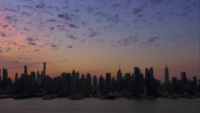 midtown skyline of manhattan at sunrise. - 逆光点の映像素材/bロール