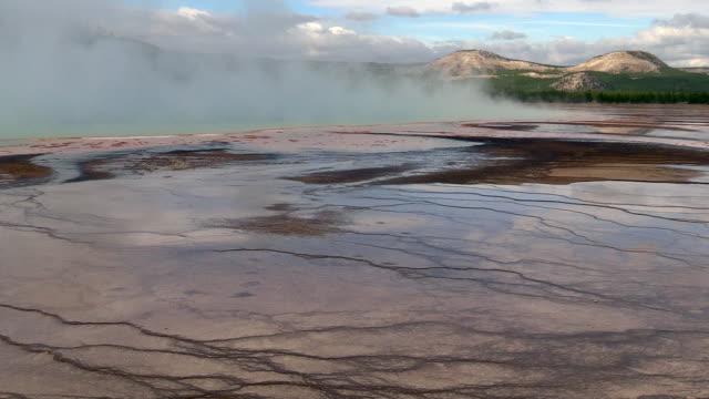 midway geyser basin landscapes, mist rising, autumn in yellowstone national park - natürliches thermalbecken stock-videos und b-roll-filmmaterial