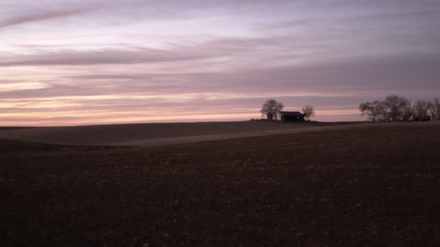 midwest landscape with farmhouse - farmhouse stock videos & royalty-free footage