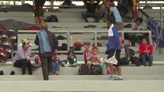 vídeos y material grabado en eventos de stock de miembros de una caravana de migrantes principalmente compuesta por hondurenos llegaron el domingo a un albergue ubicado en un campo deportivo en... - ee.uu