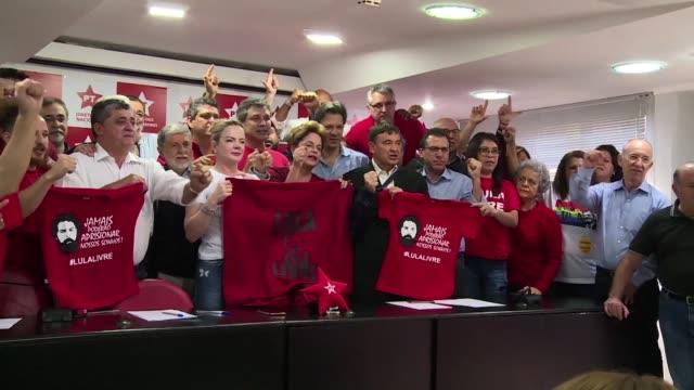 miembros del partido de los trabajadores de brasil pidieron el lunes en sao paulo la liberacion del expresidente luiz inacio lula da silva brevemente... - früherer stock-videos und b-roll-filmmaterial