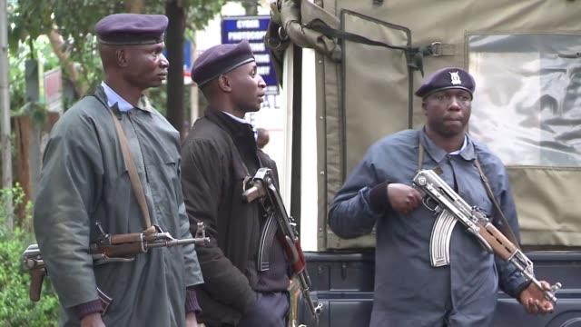 mientras el ejercito keniano intenta retomar el control de un centro comercial atacado por un comando islamista la cruz roja de kenia confirmo al... - centro comercial stock videos & royalty-free footage