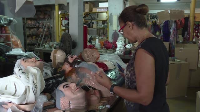 mientras figuras de la crisis politica brasilena se convierten en motivos para mascaras de cara al carnaval las dificultades economicas crean... - politica stock videos & royalty-free footage