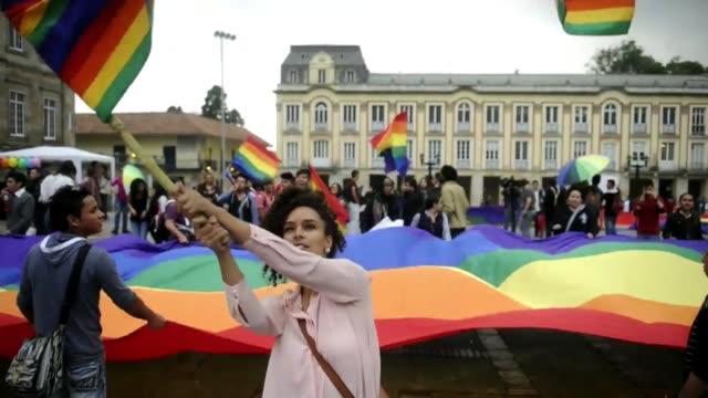 vídeos y material grabado en eventos de stock de mientras francia aprueba el matrimonio entre personas del mismo sexo al otro lado del atlantico en colombia se manifiestan sus defensores y... - de lado a lado