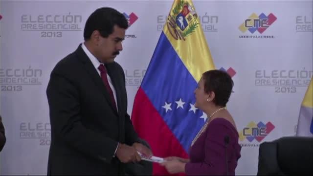 mientras nicolas maduro es proclamado presidente de venezuela las calles de caracas se llenan de convocados por el candidato henrique capriles que... - estrecho stock videos and b-roll footage