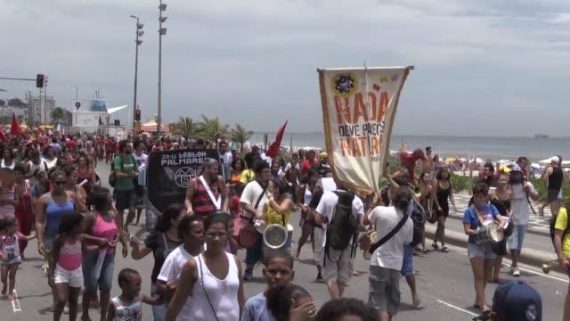 vídeos de stock e filmes b-roll de mientras que muchos brasilenos celebraron el dia nacional de la conciencia negra el viernes decenas de manifestantes se reunieron en rio de janeiro... - exigir