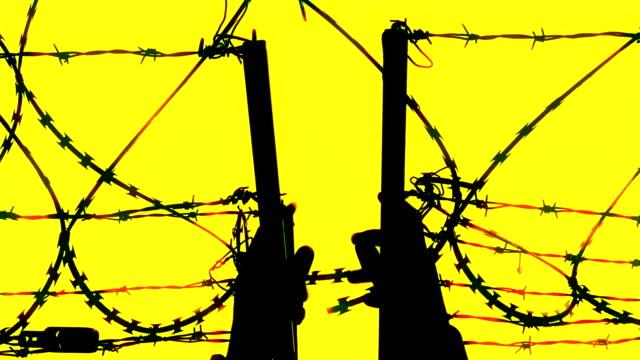 vídeos y material grabado en eventos de stock de migrantes en la frontera con alambre de púas - forbidden