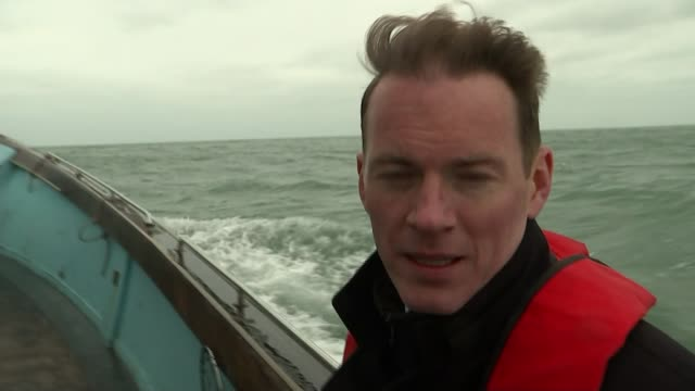 vidéos et rushes de 2 british men accused of immigration offences after migrant boat picked up in english channel kent dymchurch reporter to camera wide shot waves along... - émigration et immigration