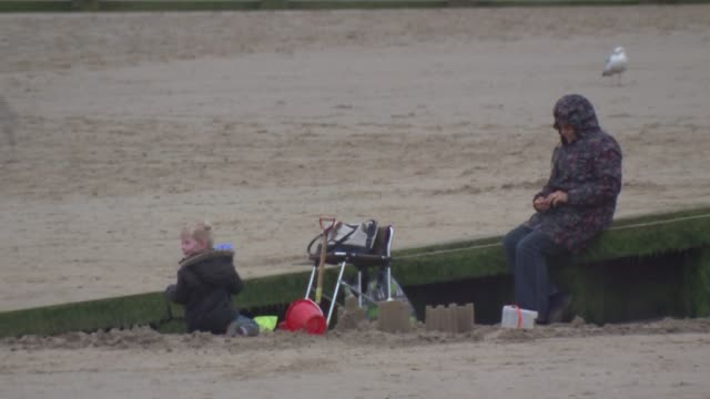 vidéos et rushes de nigel farage interview in dymchurch / dymchurch beach; england: kent: dymchurch: ext union jack flag flying pull out promenade and beach / beach /... - émigration et immigration