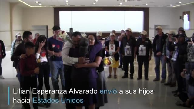 migrantes se reencuentran en mexico con su madre despues de tres decadas separados por la guerra civil de el salvador - guerra civil stock videos and b-roll footage