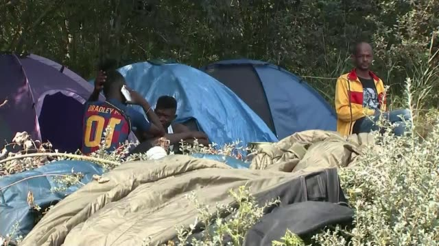 body washed up on a beach in calais provokes further criticism of government policy; 10.8.2020 france: ext tents of makeshift migrant camp site man... - tent stock videos & royalty-free footage