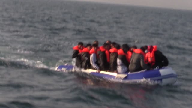vidéos et rushes de migrants crossing the english channel from france to the uk in inflatable boat - bras de mer mer