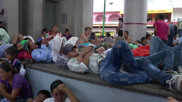 migrants from honduras and guatemala resting in tapachula mexico on their journey to the usa - 隊列点の映像素材/bロール