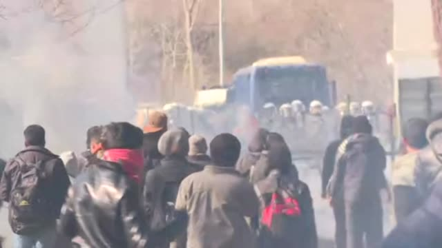 migrants on the border between turkey and greece clash with greek police as they attempt to cross into the eu member state - grecia stato video stock e b–roll