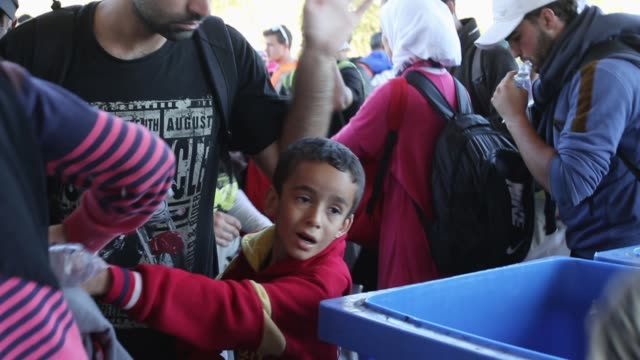 vídeos y material grabado en eventos de stock de migrants who arrived on the second train today at hegyeshalom on the hungarian and austrian border, clamour for food as they walk the four kilometres... - cultura húngara