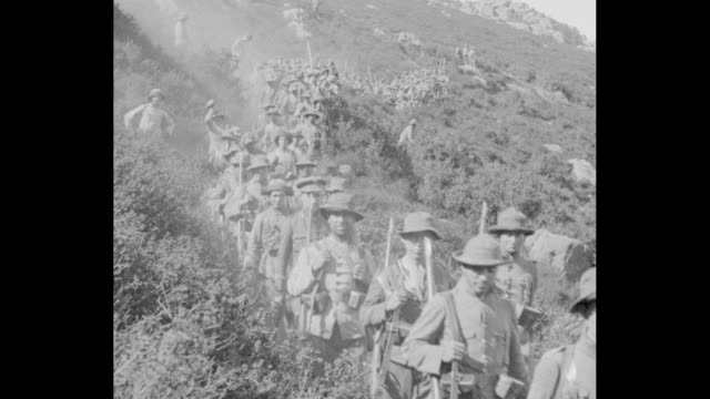 vídeos de stock e filmes b-roll de miguel primo de rivera riding horse leading spanish troops through mountains in morocco during rif war in 1925 / soldiers and horses carrying... - exercício militar