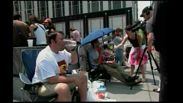 vídeos de stock e filmes b-roll de mike amor reports on the forthcoming release of apple's iphone in the united states new york people queueing / cu apple iphone used / voxpop / pan... - 2007