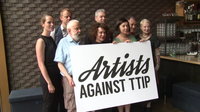 mike leigh helen mccrory mark rylance vivienne westwood vicky featherstone carrie cracknell at artists against ttip photocall on 2nd july 2015 in... - mark rylance stock-videos und b-roll-filmmaterial