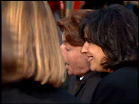 vidéos et rushes de mike myers at the 'french kiss' premiere at grauman's chinese theatre in hollywood california on may 1 1995 - embrasser sur la bouche