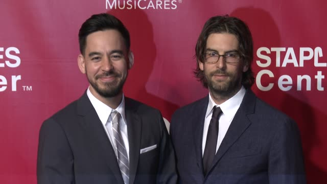 mike shinoda and rob bourdon at the 2016 musicares person of the year honoring lionel richie at los angeles convention center on february 13, 2016 in... - ライオネル・リッチー点の映像素材/bロール