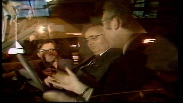 stockvideo's en b-roll-footage met day 6 england oxford cowley british leyland / austinrover plant mikhail gorbachev pull out chats cs steering wheel gorbachev's hand on it cms... - mikhail gorbachev