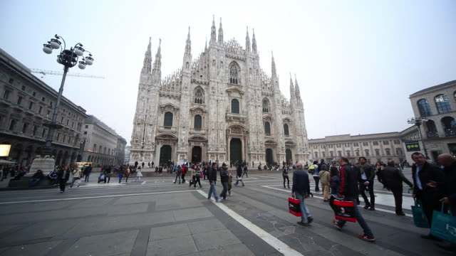 ws milan dome square and cathedral / milan, lombardia, italy - milan stock videos & royalty-free footage