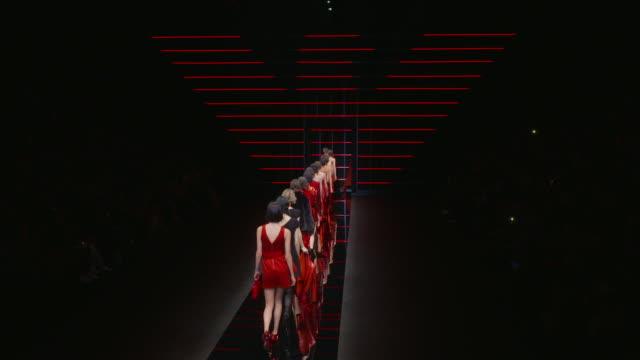 vídeos de stock, filmes e b-roll de runway milan fashion week a/w 2019/20 emporio armani on february 21 2019 in milan italy - giorgio armani marca de moda