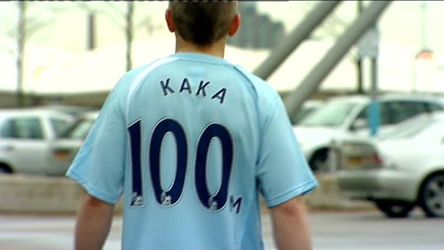 vidéos et rushes de milan football star kaka looks unlikey to transfer to manchester city; england: manchester: manchester city football club: ext boy away wearing... - exchanging