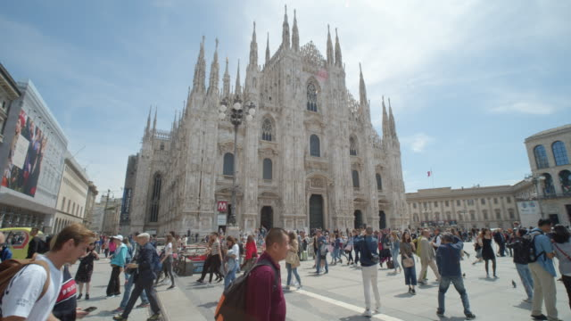milan il duomo square steady cam dolly shot with tourists - establishing shot stock videos & royalty-free footage